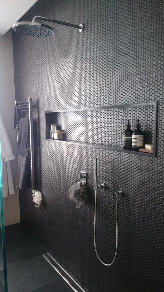 carrelage-salle-de-bains-noir-rond-monochrome-par-chiara-stella-home4