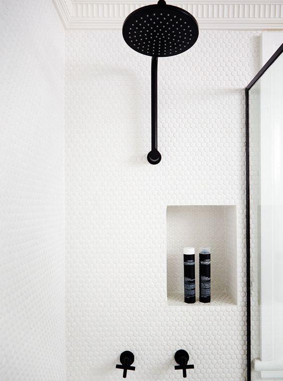 carrelage-salle-de-bains-noir-rond-monochrome-par-chiara-stella-home6